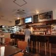 DKの愛称で親しまれているマリンロード沿いの人気カフェ。ワッフル、ホットケーキなどのスイーツがオススメ。お酒も揃う。